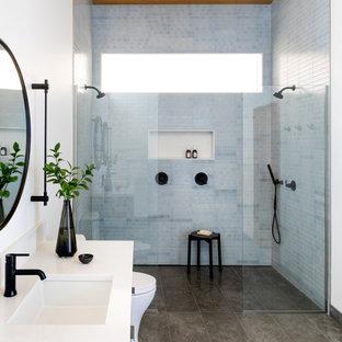 Immagine di una grande stanza da bagno padronale rustica con doccia aperta, pavimento in pietra calcarea, lavabo sottopiano, top in quarzo composito, pavimento grigio, doccia aperta, top bianco e soffitto in legno