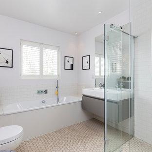 Esempio di una stanza da bagno padronale minimal con ante lisce, ante grigie, vasca da incasso, WC sospeso, piastrelle bianche, piastrelle diamantate, pareti bianche e lavabo rettangolare