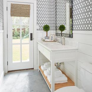 Imagen de cuarto de baño campestre con armarios tipo mueble, puertas de armario blancas, sanitario de dos piezas, paredes multicolor, lavabo bajoencimera y suelo gris