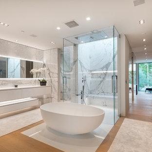 Modern inredning av ett mycket stort en-suite badrum