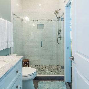 Foto de cuarto de baño con ducha, tradicional, de tamaño medio, con armarios con paneles empotrados, puertas de armario blancas, ducha empotrada, baldosas y/o azulejos blancos, baldosas y/o azulejos de mármol, paredes verdes, lavabo bajoencimera y encimera de mármol