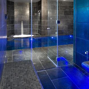Immagine di una sauna design di medie dimensioni con pareti nere e pavimento nero