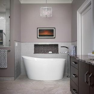 Cette photo montre une grand salle de bain principale chic avec un placard à porte plane, des portes de placard en bois brun, une baignoire indépendante, une douche double, un WC séparé, un carrelage gris, des carreaux de céramique, un mur gris, un sol en carrelage de porcelaine, un lavabo encastré, un plan de toilette en marbre, un sol gris, une cabine de douche à porte battante et un plan de toilette rouge.