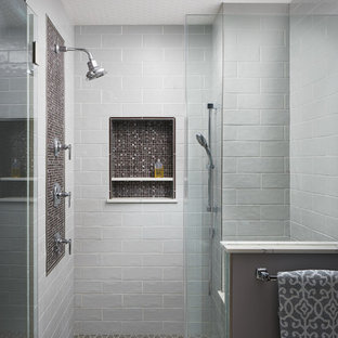 Идея дизайна: большая главная ванная комната в стиле современная классика с плоскими фасадами, фасадами цвета дерева среднего тона, отдельно стоящей ванной, двойным душем, раздельным унитазом, серой плиткой, керамической плиткой, серыми стенами, полом из керамогранита, врезной раковиной, мраморной столешницей, серым полом, душем с распашными дверями и красной столешницей