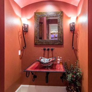 Modelo de cuarto de baño principal, mediterráneo, grande, con paredes rojas, suelo de baldosas de cerámica, lavabo sobreencimera y encimera de vidrio