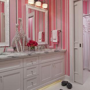 Ejemplo de cuarto de baño infantil, clásico renovado, grande, con encimera de mármol, paredes rosas, lavabo bajoencimera, armarios con paneles empotrados, puertas de armario blancas y suelo con mosaicos de baldosas