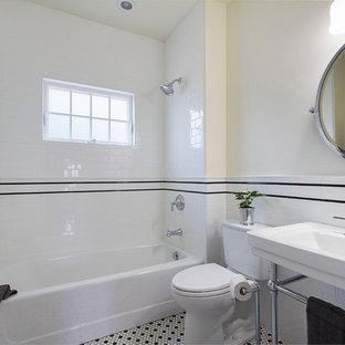Idee per una piccola stanza da bagno con doccia stile americano con vasca ad alcova, vasca/doccia, WC a due pezzi, pistrelle in bianco e nero, piastrelle diamantate, pareti bianche, pavimento con piastrelle in ceramica, lavabo a consolle e pavimento multicolore
