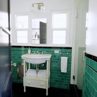 Inspiration för ett litet vintage badrum med dusch, med vita skåp, en dusch i en alkov, en toalettstol med separat cisternkåpa, grön kakel, tunnelbanekakel, vita väggar, öppna hyllor, mosaikgolv och ett konsol handfat