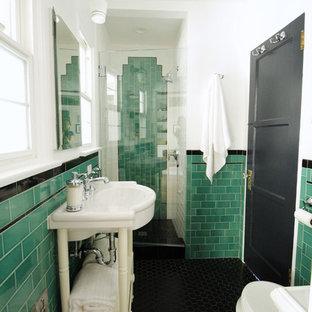 Modelo de cuarto de baño con ducha, tradicional, pequeño, con puertas de armario blancas, ducha empotrada, sanitario de dos piezas, baldosas y/o azulejos verdes, baldosas y/o azulejos de cemento, paredes blancas, suelo de baldosas de porcelana, lavabo tipo consola y suelo negro