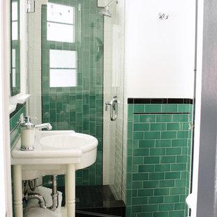 Esempio di una piccola stanza da bagno con doccia tradizionale con nessun'anta, piastrelle verdi, piastrelle diamantate, pareti bianche, pavimento con piastrelle a mosaico, ante bianche e lavabo a consolle
