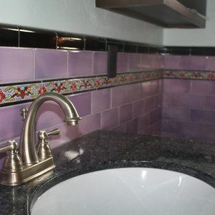 Immagine di una grande stanza da bagno per bambini mediterranea con ante a filo, ante in legno scuro, top in granito, WC monopezzo, piastrelle multicolore, piastrelle in ceramica, pareti bianche e pavimento con piastrelle in ceramica