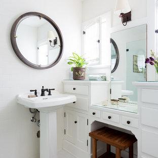 Immagine di una piccola stanza da bagno con doccia stile americano con ante bianche, piastrelle bianche, piastrelle in ceramica, pareti bianche, lavabo a colonna, top in vetro, pavimento bianco, top bianco e ante in stile shaker