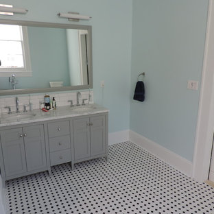 Klassisk inredning av ett mellanstort en-suite badrum, med skåp i shakerstil, grå skåp, ett fristående badkar, en toalettstol med hel cisternkåpa, blå väggar, mosaikgolv, ett undermonterad handfat, marmorbänkskiva, flerfärgat golv, en dusch i en alkov och med dusch som är öppen