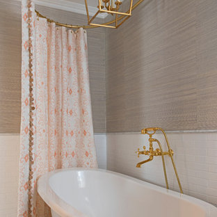 Новый формат декора квартиры: главная ванная комната в стиле шебби-шик с ванной на ножках, плиткой кабанчик, бежевыми стенами и синим полом