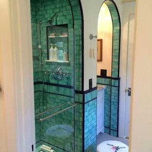 Inspiration för ett litet amerikanskt badrum med dusch, med skåp i shakerstil, vita skåp, en dusch i en alkov, grön kakel, tunnelbanekakel, beige väggar, marmorgolv, bänkskiva i kvartsit, vitt golv och dusch med gångjärnsdörr