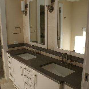 Пример оригинального дизайна: детская ванная комната среднего размера в современном стиле с фасадами в стиле шейкер, белыми фасадами, врезной раковиной, унитазом-моноблоком, бежевыми стенами, полом из керамогранита и столешницей из цинка