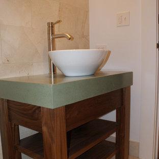 Foto di una stanza da bagno con doccia design di medie dimensioni con lavabo a bacinella, nessun'anta, ante in legno bruno, WC monopezzo, piastrelle beige, piastrelle in gres porcellanato, pareti beige, pavimento in gres porcellanato e top in zinco