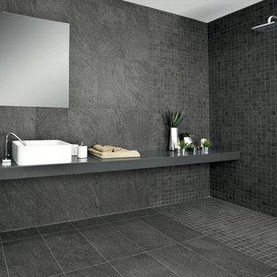 Свежая идея для дизайна: главная ванная комната в стиле модернизм с душем без бортиков, черной плиткой, черными стенами, полом из керамической плитки, настольной раковиной и плиткой из сланца - отличное фото интерьера
