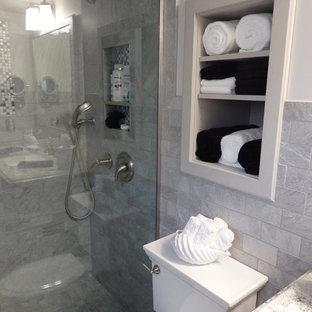 Kleines Modernes Duschbad mit profilierten Schrankfronten, hellen Holzschränken, Duschnische, Wandtoilette mit Spülkasten, grauen Fliesen, Steinfliesen, weißer Wandfarbe, Keramikboden, Unterbauwaschbecken und Granit-Waschbecken/Waschtisch in Sonstige