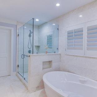 Maritimes Badezimmer mit japanischer Badewanne, Eckdusche und lila Wandfarbe in Miami
