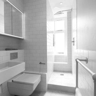 Immagine di una piccola stanza da bagno con doccia contemporanea con doccia aperta, WC sospeso, piastrelle bianche, piastrelle in ceramica, pareti bianche, pavimento in gres porcellanato, lavabo sospeso, top piastrellato, pavimento grigio, doccia aperta, top bianco, un lavabo e mobile bagno sospeso