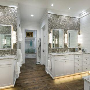 Diseño de cuarto de baño principal, marinero, grande, con armarios estilo shaker, puertas de armario blancas, baldosas y/o azulejos en mosaico, paredes blancas, suelo marrón, suelo de baldosas de porcelana, lavabo bajoencimera, encimera de mármol y encimeras beige