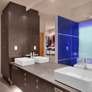 Imagen de cuarto de baño minimalista con lavabo sobreencimera y encimeras grises