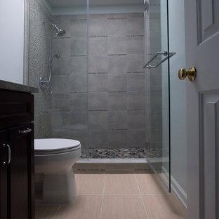 Diseño de cuarto de baño principal, clásico renovado, pequeño, con lavabo bajoencimera, armarios con paneles empotrados, puertas de armario de madera en tonos medios, encimera de granito, ducha empotrada, sanitario de una pieza, baldosas y/o azulejos multicolor, baldosas y/o azulejos de porcelana, paredes grises, suelo de baldosas de porcelana, suelo beige, ducha con puerta con bisagras y encimeras verdes