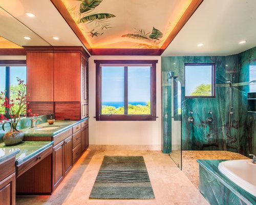 Salle de bain avec un sol en travertin et un carrelage for Carrelage sol vert