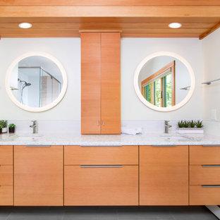 Ispirazione per una stanza da bagno padronale design di medie dimensioni con ante lisce, ante in legno scuro, piastrelle bianche, piastrelle in gres porcellanato, pareti bianche, pavimento in gres porcellanato, lavabo sottopiano, top in quarzo composito, top bianco e pavimento grigio