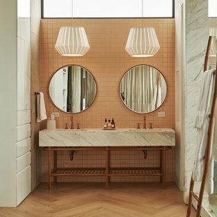 Inspiration för stora retro grått en-suite badrum, med ett fristående badkar, en dusch/badkar-kombination, rosa kakel, keramikplattor, rosa väggar, mellanmörkt trägolv, ett nedsänkt handfat, brunt golv och dusch med gångjärnsdörr