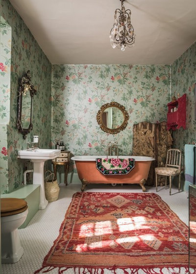 Shabby-chic Style Bathroom by Unique Homestays
