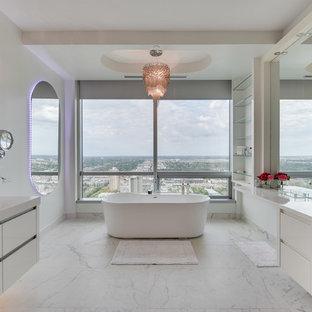Идея дизайна: большая главная ванная комната в современном стиле с плоскими фасадами, белыми фасадами, отдельно стоящей ванной, керамогранитной плиткой, белыми стенами, мраморным полом, накладной раковиной, столешницей из кварцита, угловым душем, раздельным унитазом, желтым полом и душем с распашными дверями