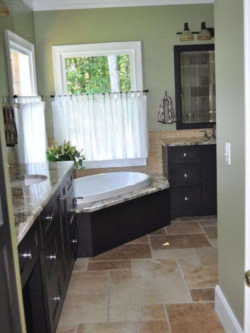 Salle de bain avec un sol en travertin et des carreaux en for Salle de bain avec wc separe