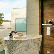 Beach Style Bathroom by BAR Architects
