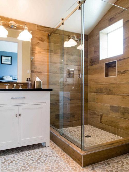 Stanza da bagno con pavimento con piastrelle a mosaico e - Bagno piastrelle marroni ...