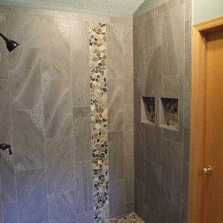 Ejemplo de cuarto de baño rústico con ducha empotrada, baldosas y/o azulejos marrones, baldosas y/o azulejos de porcelana y suelo de baldosas tipo guijarro