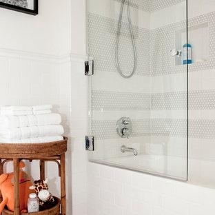 Foto de cuarto de baño infantil, tradicional renovado, con bañera empotrada, combinación de ducha y bañera, baldosas y/o azulejos blancos y baldosas y/o azulejos de cemento