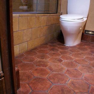 バルセロナのトランジショナルスタイルのおしゃれな浴室 (テラコッタタイル、テラコッタタイルの床) の写真