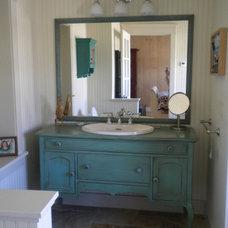 Farmhouse Bathroom by henhouse