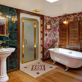Foto di una stanza da bagno padronale vittoriana con vasca con piedi a zampa di leone, doccia alcova, piastrelle verdi, pareti multicolore, pavimento in legno massello medio, lavabo a colonna e porta doccia a battente