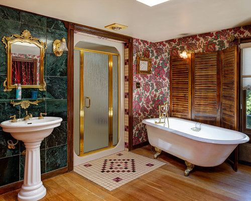 salle de bain victorienne avec un sol en bois brun photos et id es d co de salles de bain. Black Bedroom Furniture Sets. Home Design Ideas