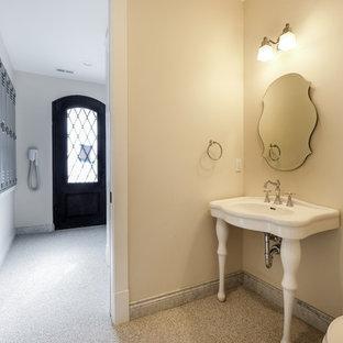 Immagine di una stanza da bagno con doccia classica di medie dimensioni con doccia alcova, WC a due pezzi, pareti beige, pavimento in linoleum, lavabo a colonna e top in superficie solida
