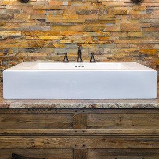 Ispirazione per una stanza da bagno con doccia stile rurale di medie dimensioni con ante in stile shaker, ante in legno bruno, doccia ad angolo, WC a due pezzi, piastrelle marroni, piastrelle multicolore, piastrelle in pietra, pareti beige, pavimento in gres porcellanato, lavabo rettangolare e top in granito