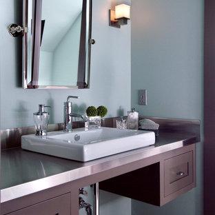 Idee per una grande stanza da bagno con doccia classica con ante con riquadro incassato, ante in legno bruno, top in acciaio inossidabile, pareti blu, vasca ad alcova e lavabo sottopiano