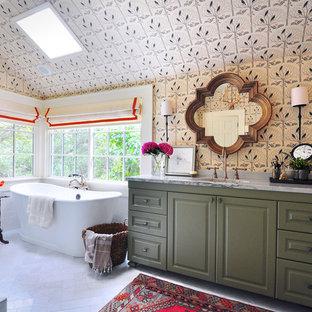 Idéer för ett stort klassiskt en-suite badrum, med ett undermonterad handfat, luckor med upphöjd panel, gröna skåp, bänkskiva i kvartsit, ett fristående badkar, vit kakel och marmorgolv