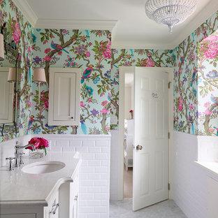 Idées déco pour une salle de bain classique avec un lavabo encastré, un placard avec porte à panneau encastré, des portes de placard blanches, un plan de toilette en quartz modifié, un carrelage blanc, un carrelage métro, un mur multicolore et un sol en marbre.