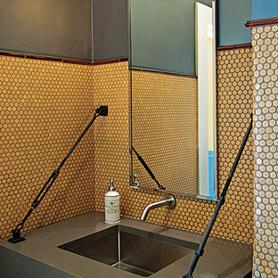 Ejemplo de cuarto de baño industrial, de tamaño medio, con lavabo bajoencimera, baldosas y/o azulejos naranja, baldosas y/o azulejos de cerámica, paredes verdes y suelo de baldosas de cerámica