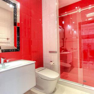 Esempio di una piccola stanza da bagno con doccia minimal con ante lisce, ante bianche, doccia alcova, bidè, piastrelle rosse, piastrelle in gres porcellanato, pareti rosse, pavimento in gres porcellanato, lavabo integrato e top in vetro
