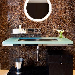 Inspiration för mellanstora moderna blått badrum med dusch, med ett undermonterad handfat, öppna hyllor, brun kakel, mosaik, bänkskiva i glas och beiget golv